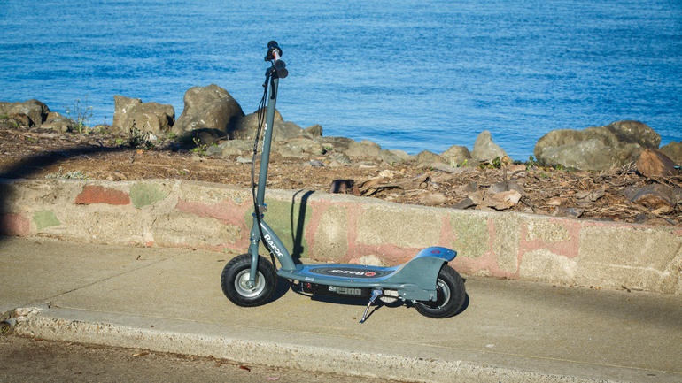 razor-e300-electric-scooter-6191-001